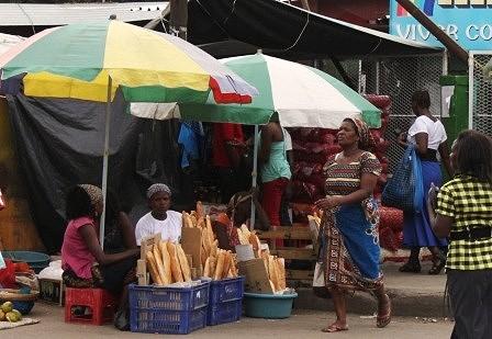 Mercado de Xipamanine. Venda de pão no exterior do mercado.