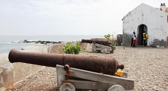 No recinto do farol, há dois canhões