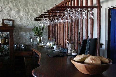 O interior da Casa Rex tem vários pormenores em madeira e azul (SAPO MZ/ Eliana Silva)