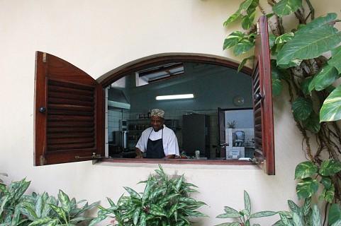 O chef, sorridente e bem disposto, na cozinha da Casa Rex (SAPO MZ/ Eliana Silva)