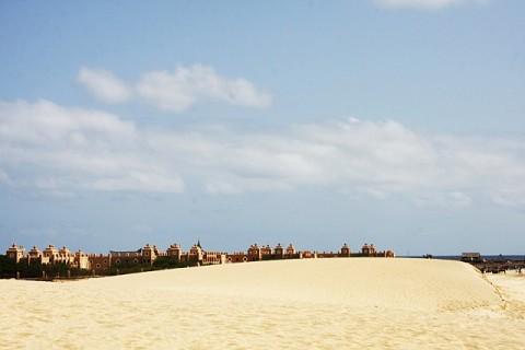 Praia de Ponta Preta. Por detrás das dunas o Hotel Riu Garopa