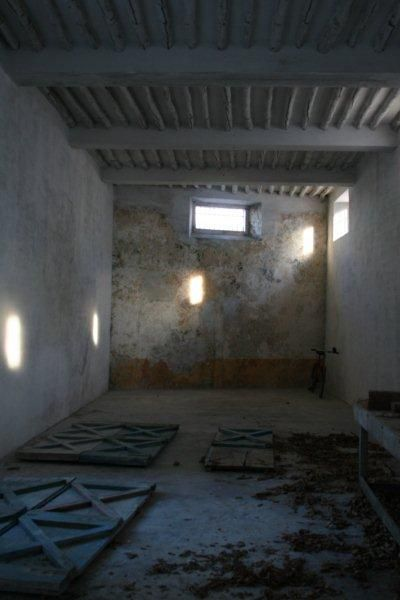 Naquela parede lia-se 'entra vivo, sai morto&#