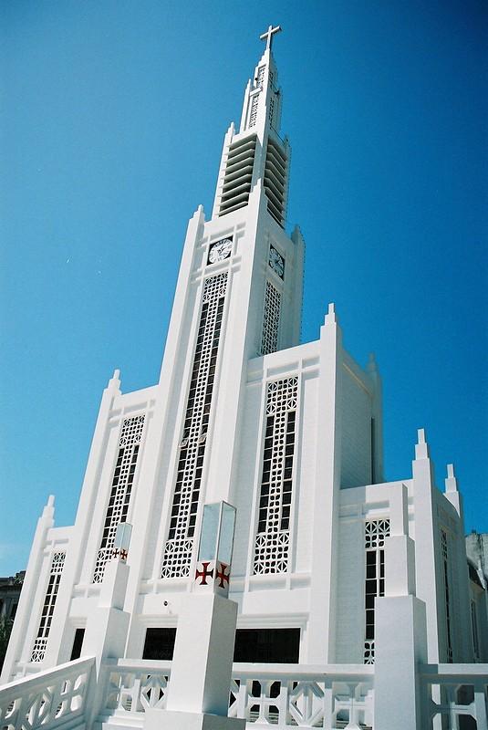 Situa-se na Praça da Independência, junto ao Hotel Rovuma e ao Conselho Municipal.